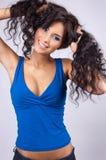Verticale d'un jeune femme heureux avec le long hai ondulé photographie stock libre de droits