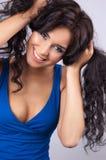 Verticale d'un jeune femme heureux avec le long hai ondulé image libre de droits