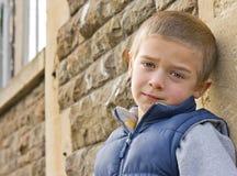 Verticale d'un jeune garçon Image libre de droits