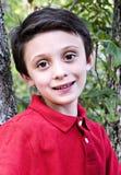 Verticale d'un jeune garçon photo libre de droits