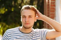 Verticale d'un jeune homme avec une barbe Image libre de droits