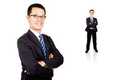 Verticale d'un jeune homme d'affaires de sourire Photos libres de droits