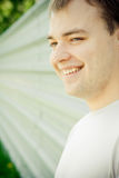 Verticale d'un jeune homme heureux Images libres de droits