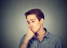 Verticale d'un jeune homme triste photos stock