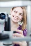 Verticale d'un jeune joli optométriste Image stock