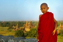 Verticale d'un jeune moine Image libre de droits