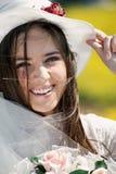 Verticale d'un jeune sourire de mariée photographie stock
