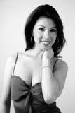 Verticale d'un joli brunette en noir et blanc Photos libres de droits