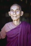 Verticale d'un moine bouddhiste, Birmanie photos libres de droits