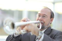 Verticale d'un musicien jouant la trompette photos libres de droits