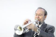 Verticale d'un musicien jouant la trompette photos stock
