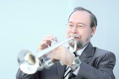 Verticale d'un musicien jouant la trompette photo libre de droits