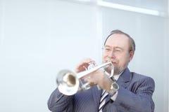 Verticale d'un musicien jouant la trompette photographie stock