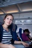 Verticale d'un passager féminin assez jeune Images stock