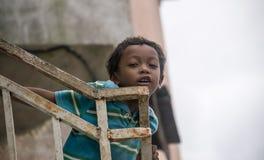 Verticale d'un petit garçon photos libres de droits