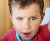 Verticale d'un petit garçon images libres de droits