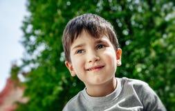 Verticale d'un petit garçon photo stock