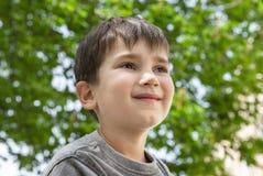 Verticale d'un petit garçon photographie stock