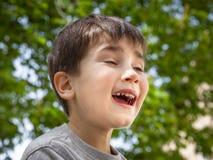 Verticale d'un petit garçon photographie stock libre de droits