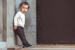 Verticale d'un petit garçon Enfant à l'extérieur Photo libre de droits