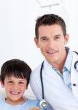 Verticale d'un petit garçon et de son docteur photos libres de droits