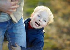 Verticale d'un petit garçon heureux Photos stock