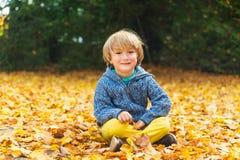 Verticale d'un petit garçon mignon Image libre de droits
