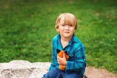 Verticale d'un petit garçon mignon Images libres de droits