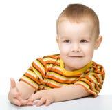 Verticale d'un petit garçon mignon regardant quelque chose Photos stock