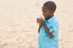 Verticale d'un petit garçon image libre de droits