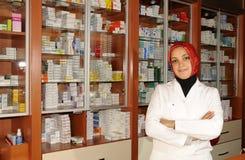 Verticale d'un pharmacien féminin à la pharmacie Photographie stock libre de droits
