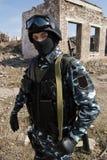 Verticale d'un soldat armé à l'extérieur photographie stock