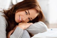 Verticale d'un sourire attrayant de jeune femme photographie stock