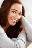 Verticale d'un sourire attrayant de jeune femme photo stock