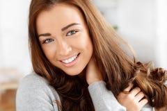 Verticale d'un sourire attrayant de jeune femme image stock