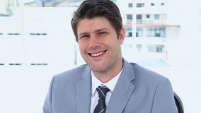 Verticale d'un sourire d'homme d'affaires clips vidéos