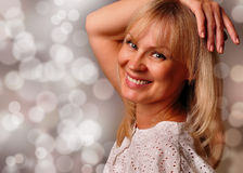 Verticale d'un sourire mûr mignon de femme Photographie stock libre de droits