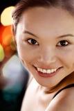 Verticale d'un sourire oriental moderne de jeune dame Photos libres de droits