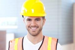 Verticale d'un travailleur de la construction heureux Photographie stock libre de droits