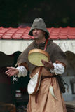 Verticale d'un troubadour sur des échasses Photographie stock