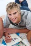 Verticale d'un type de l'adolescence faisant le travail Image stock