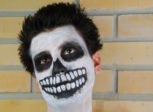 Verticale d'un type squelettique rampant (peinture de carnaval) image stock
