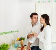 Verticale d'un vin blanc potable de couples heureux Photographie stock libre de droits