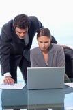 Verticale d'une équipe d'affaires travaillant avec un ordinateur portable photographie stock libre de droits