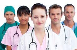 Verticale d'une équipe médicale sérieuse Image libre de droits