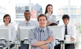 Verticale d'une équipe positive d'affaires au travail Photographie stock libre de droits