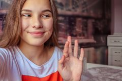 Verticale d'une adolescente moderne image libre de droits