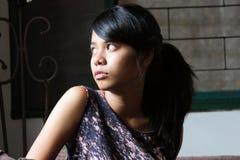 Verticale d'une adolescente regardant à l'extérieur l'hublot Photos libres de droits