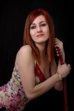 Verticale d'une belle adolescente avec la guitare image stock