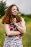 Verticale d'une belle femme avec des fleurs Images libres de droits